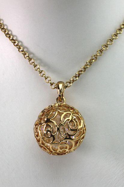 Flot lang guldkugle halskæde med små sten inden i. Se flere smykker på veny.dk