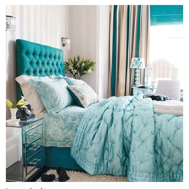 Colores: En este ambiente nos encontramos con diferentes tonalidades de azules. El azul nos da tranquilidad, quietud y nos relaja. Es un color acorde para dormitorios principales.