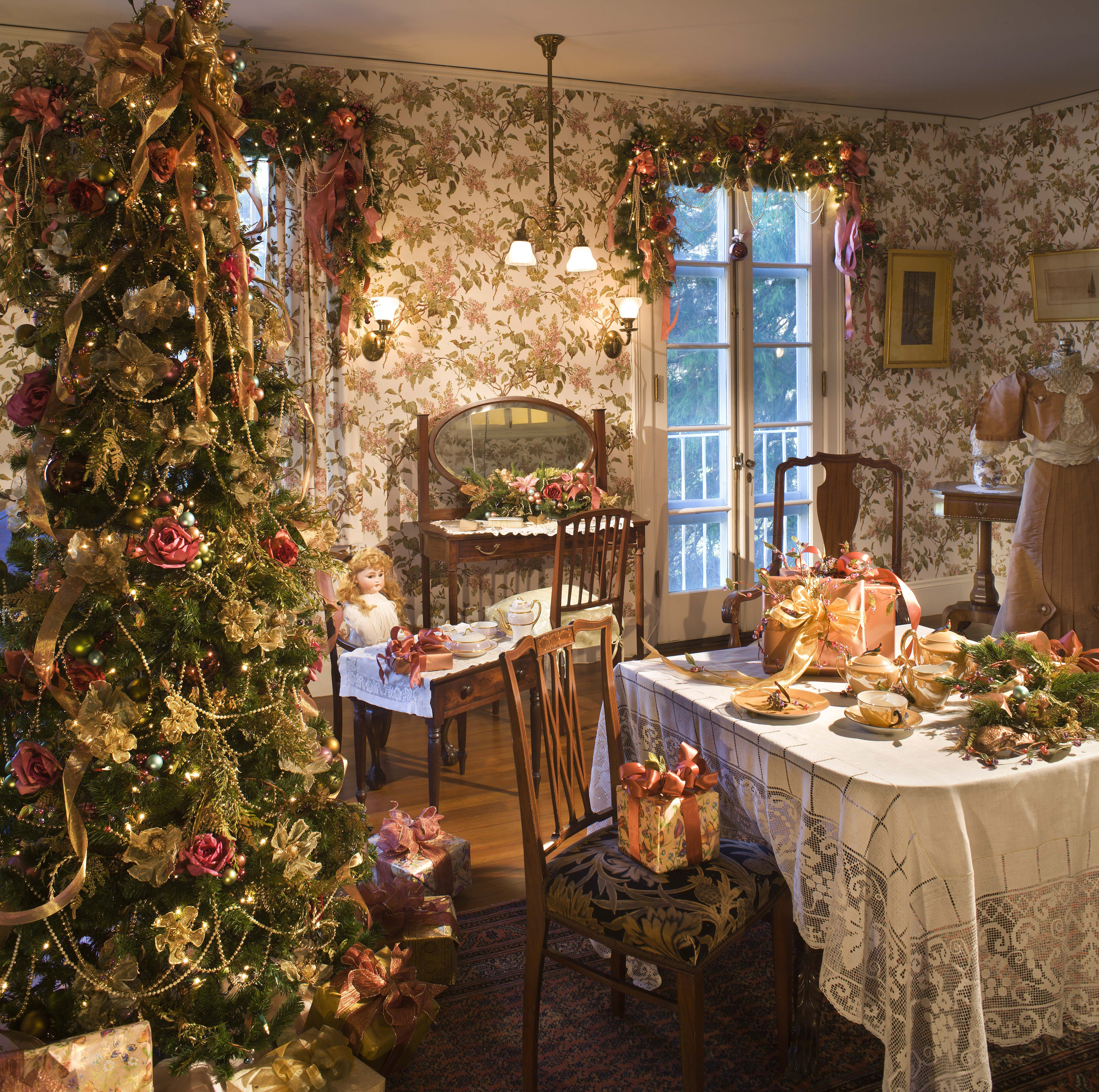 The bedrooms at Blithewold Mansion are decked out in Christmas cheer ...