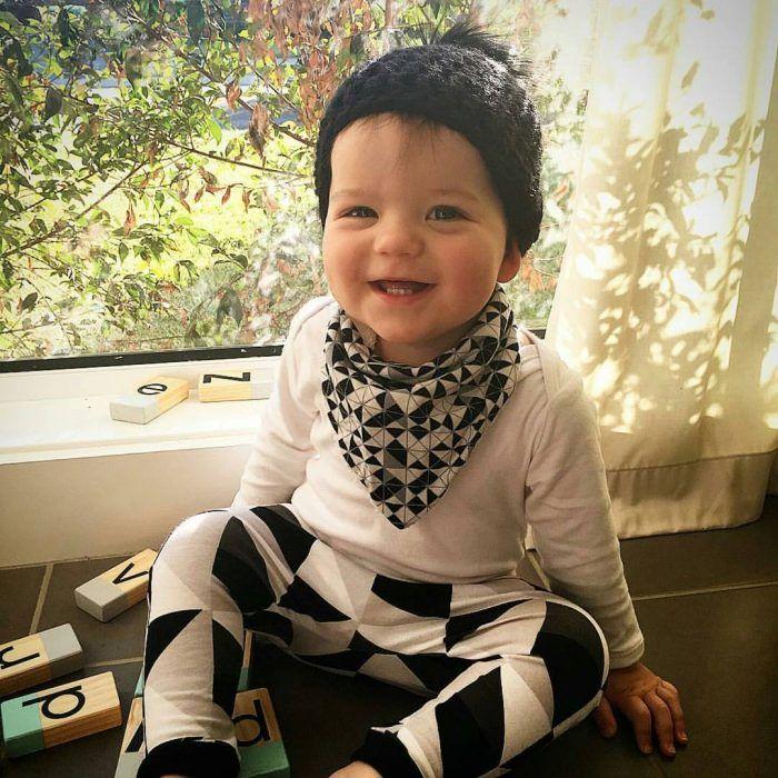 bebé con ropa blanco y negro