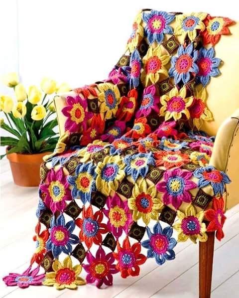 ورود كروشية ملونة ومسطحة يشبك بينها مربعات كروشية صغيرة كمفرش ملون للكنب واجزاء البيت الأخرى حياك Knit And Crochet Now Crochet Throw Crochet Blanket Afghan