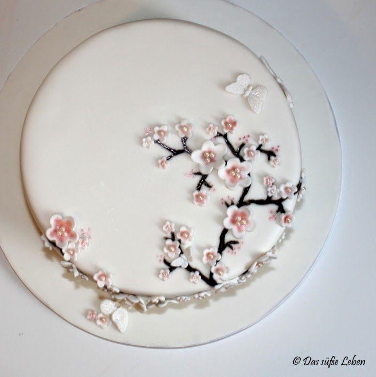 Torte mit Kirschblüten und Schmetterlingen