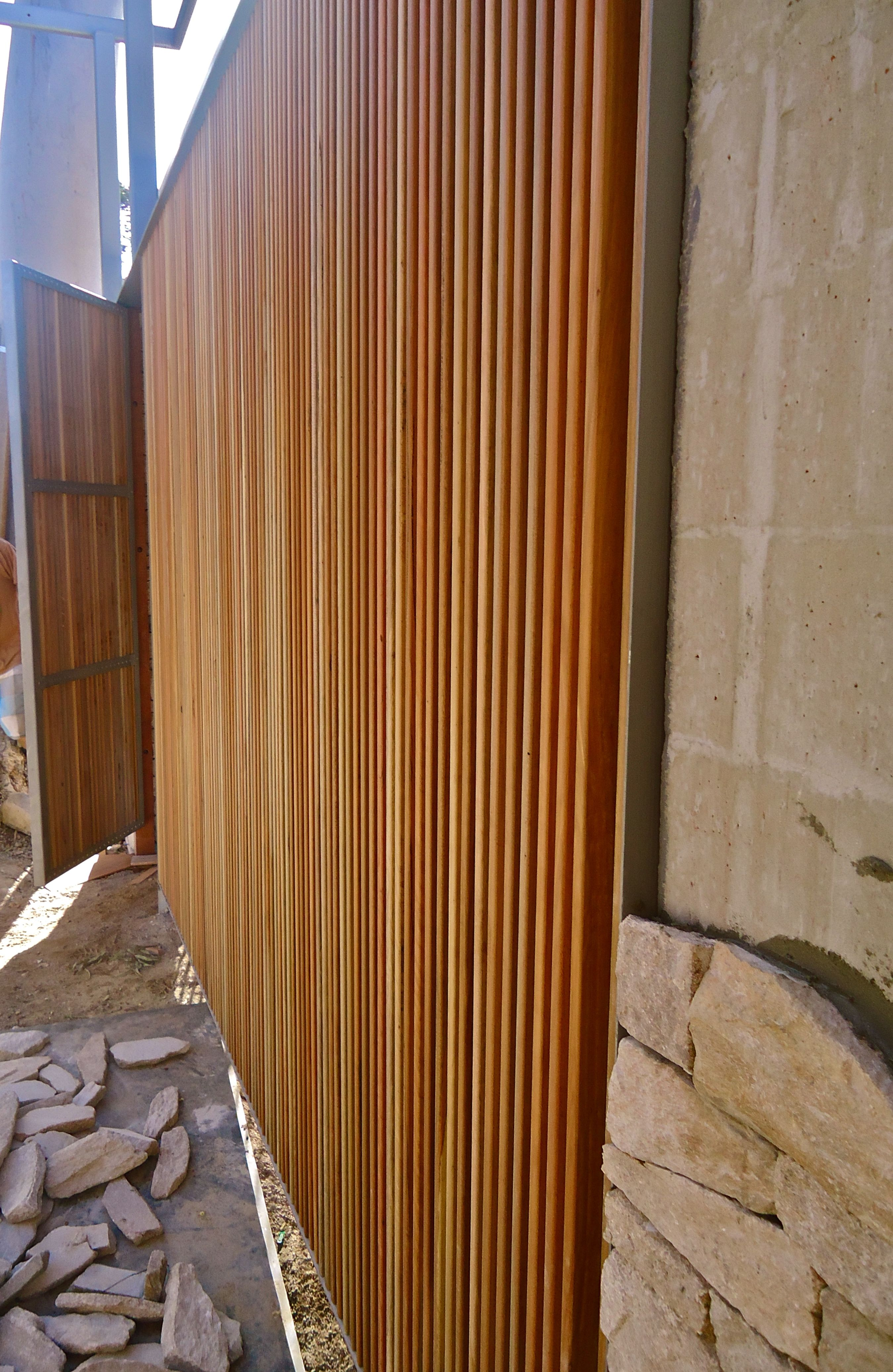 Vertical timber screening and gate reno pinterest for Wood screen fence