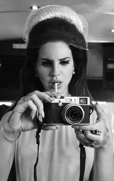 Lana Del Rey Pour La Photo Essentiellement