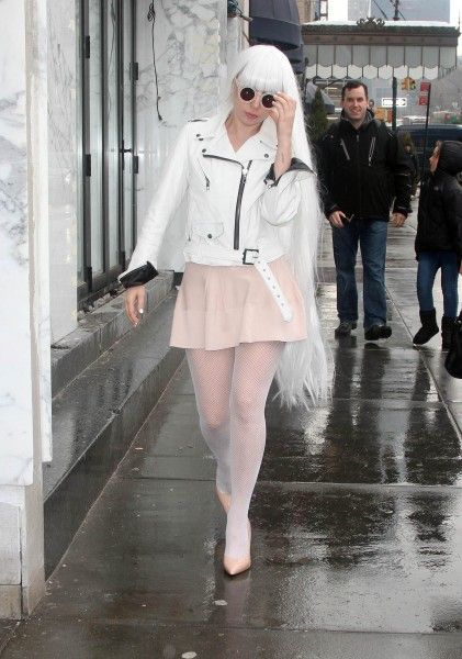 Ma come ti vesti? Lady Gaga in total white buff.ly/1gpVOOz #outfit #look #macometivesti lady gaga2