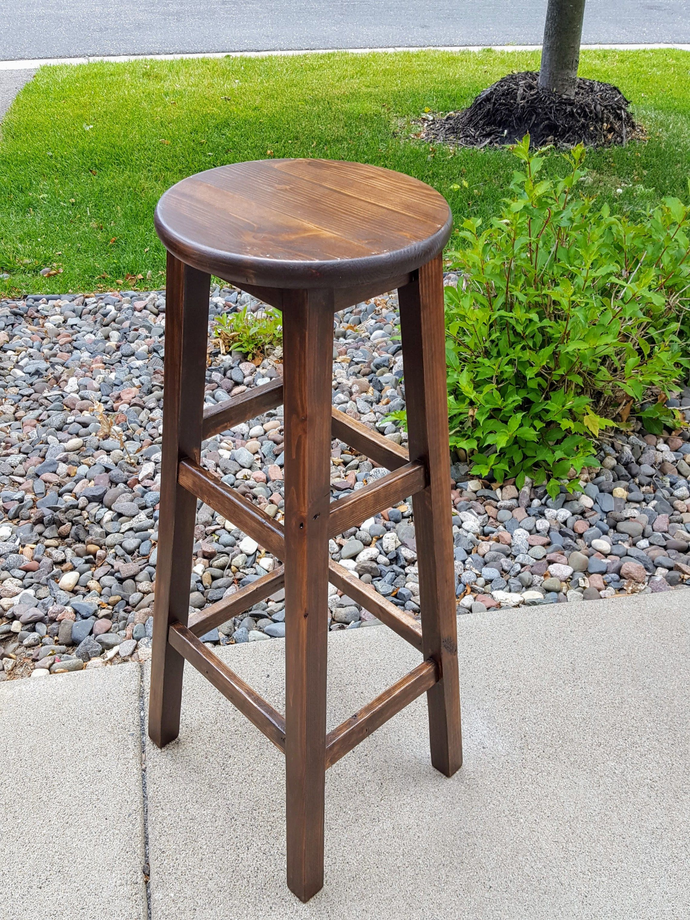 Build Your Own Round Top Bar Stools With This Simple Step By Step Diy Stool Tutorial Includes A Free Pdf Download O Wooden Stools Diy Diy Stool Diy Bar Stools