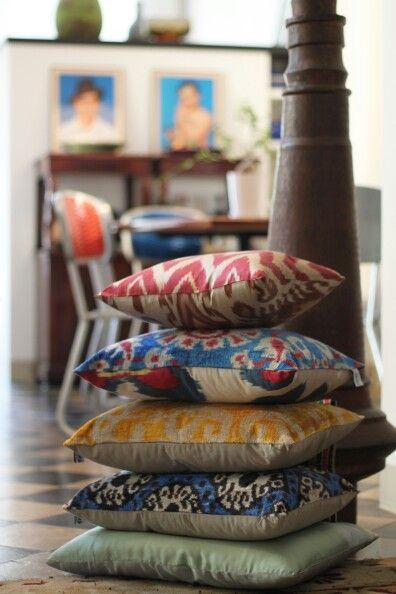 Les Ottomans Cuscini.The Cushions Tower Les Ottomans Ikat Silk And Velvet Cushions