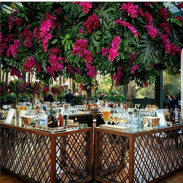 Sábado é dia de bons drinks com os amigos..... Se for numa festa, melhor ainda!!! Nosso bar de treliça e espelho ficou simplesmente MARAVILHOSO com decor de @luisfronterotta + @barshakers #weddingdecor #wedding #alugueldemoveis #furniturerental #casamento #bar#decoracao