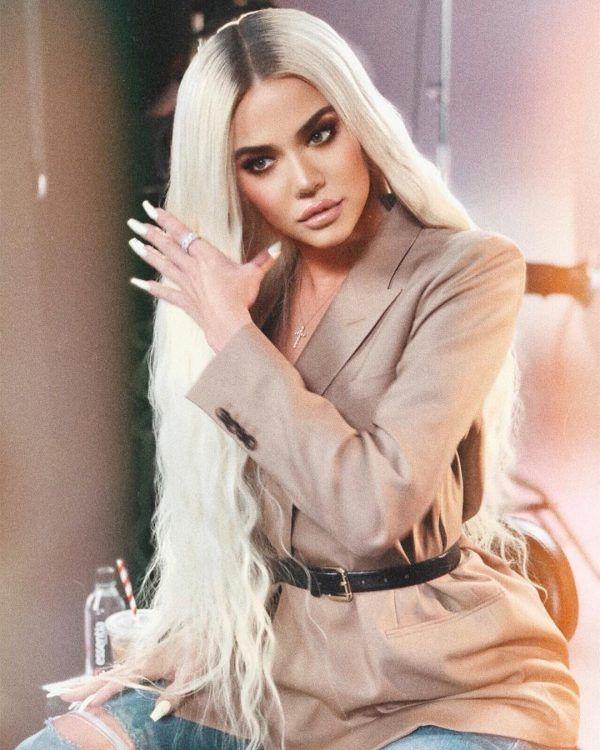 Khloé Kardashian se photoshopeó tanto que hasta un nuevo dedo le salió