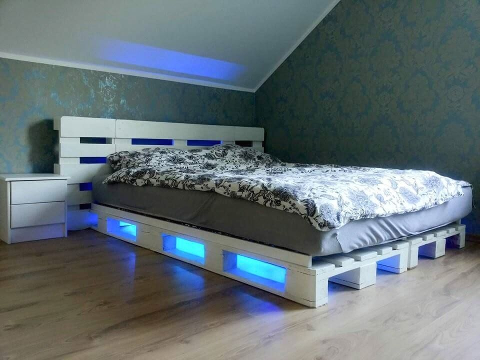 12 Easy Crate Style Bedroom Furniture Ideas You Can Do To Update Your Bedroom Decor Pallet Bed With Blue Lig Pallet Furniture Bedroom Diy Pallet Bed Bed Design