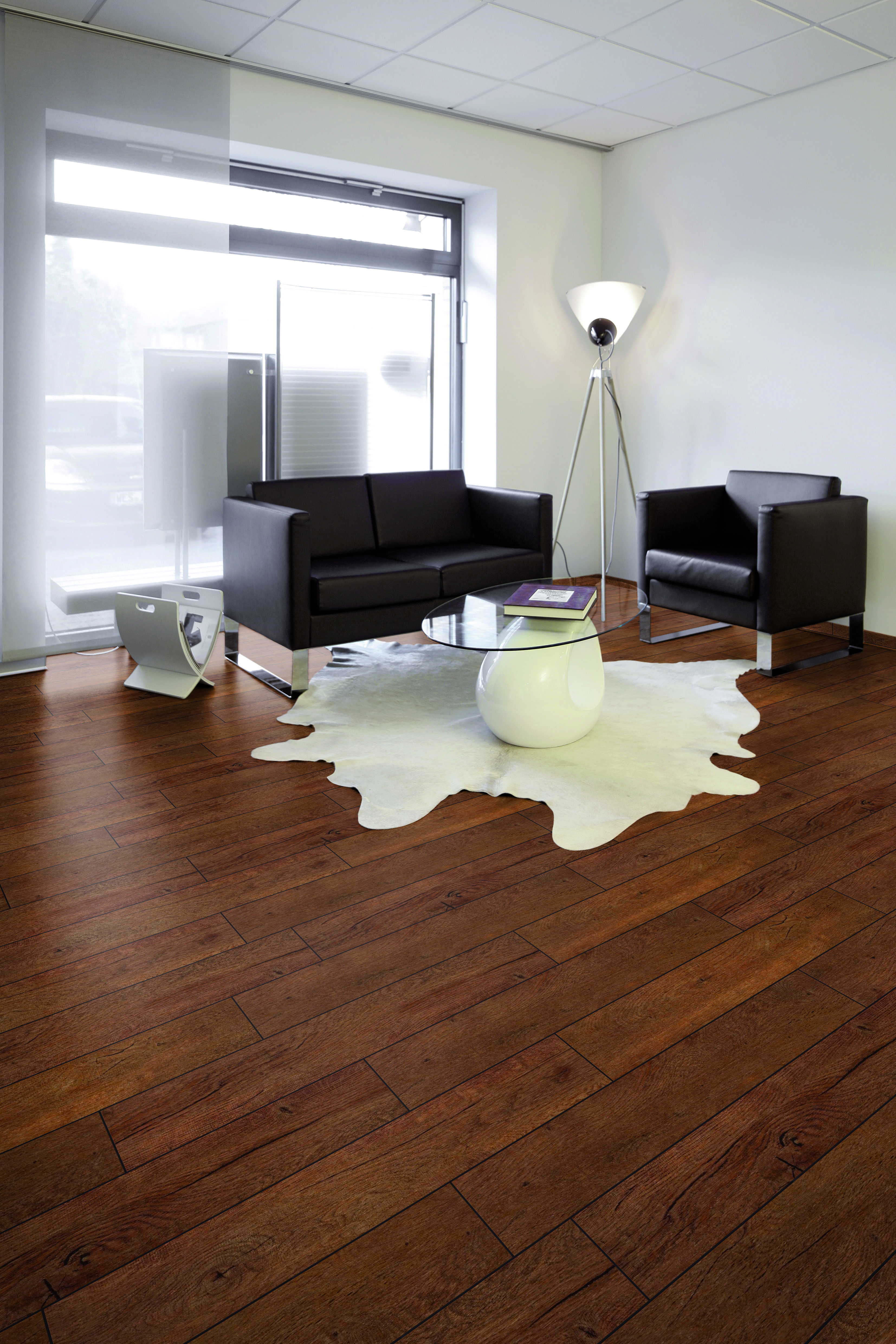 Modern gestalteter Raum mit braunem Vinylboden und dazu