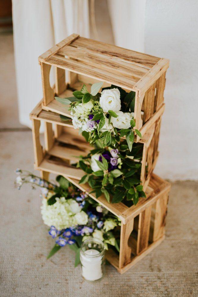 Photo of Holzkisten mit Blumen und Kerzen. Hochzeitsdekoration. #Hochzeitsdekoration