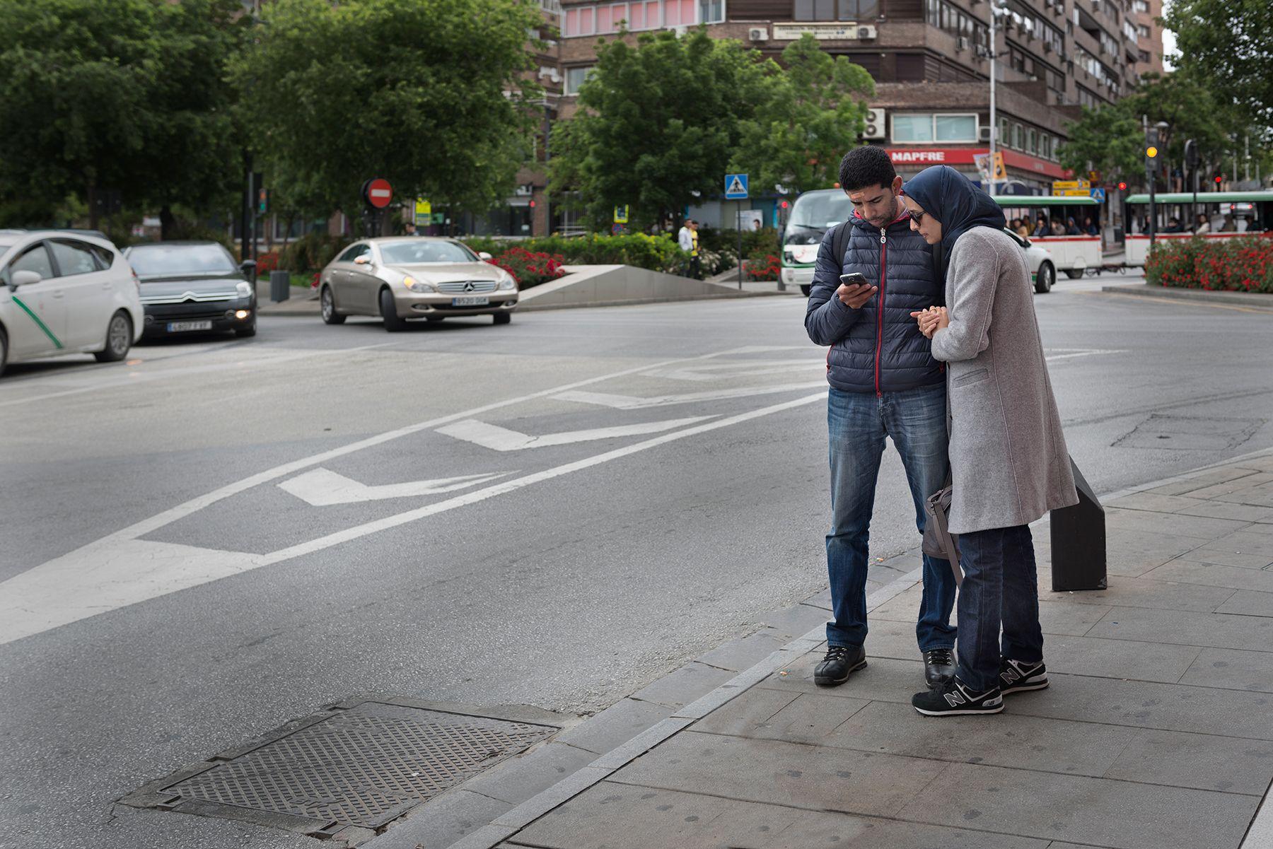 Hombre con tirita en la frente y mujer con hiyab