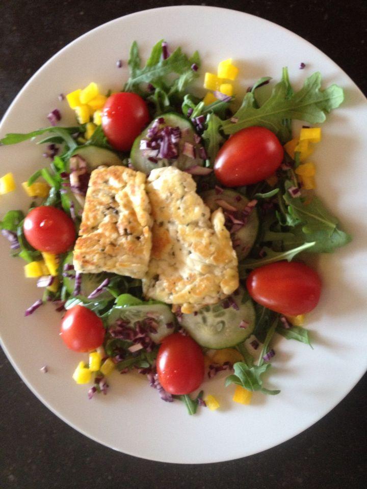 Salade à PN: rucola, schijfjes komkommer, gele paprika, rode kool heel fijn gesneden, kerstomaatjes en gebakken haloumi. Overgoten met vinaigrette van arachideolie, witte wijnazijn, honing, p en z  Lekkker