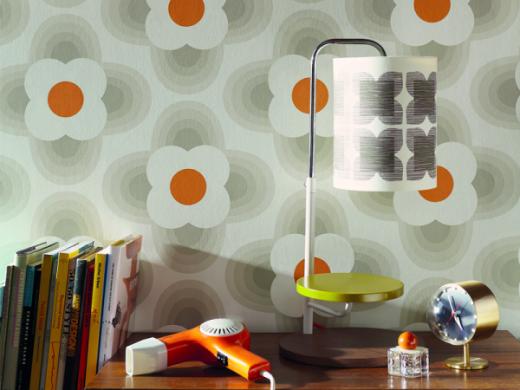 Skapa en skön sommarkänsla i ditt rum med den här fina tapeten från Midbec. Det grafiska och stiliserade motivet är typiskt för Orla Kiely som är designern bakom den här tapeten med art nr 110403.