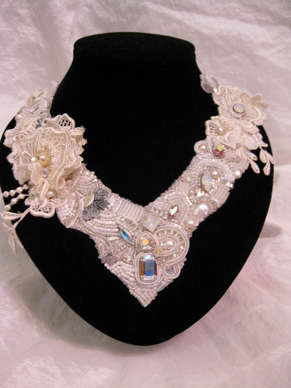 Collier de mariée brodé de cristaux et perles de culture