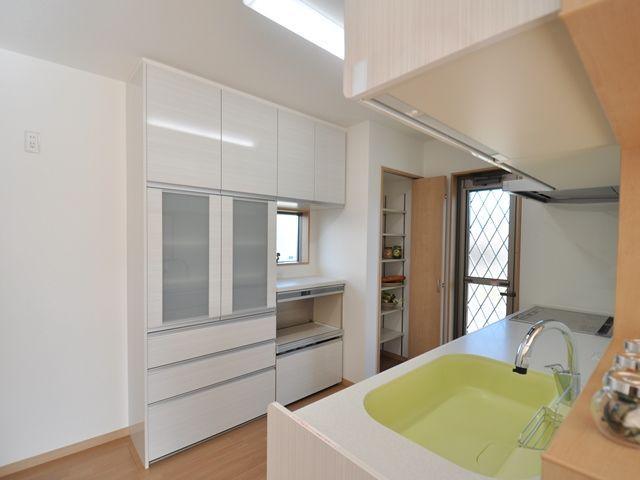 キッチン奥には 背面収納とパントリー収納 家 住宅 注文住宅