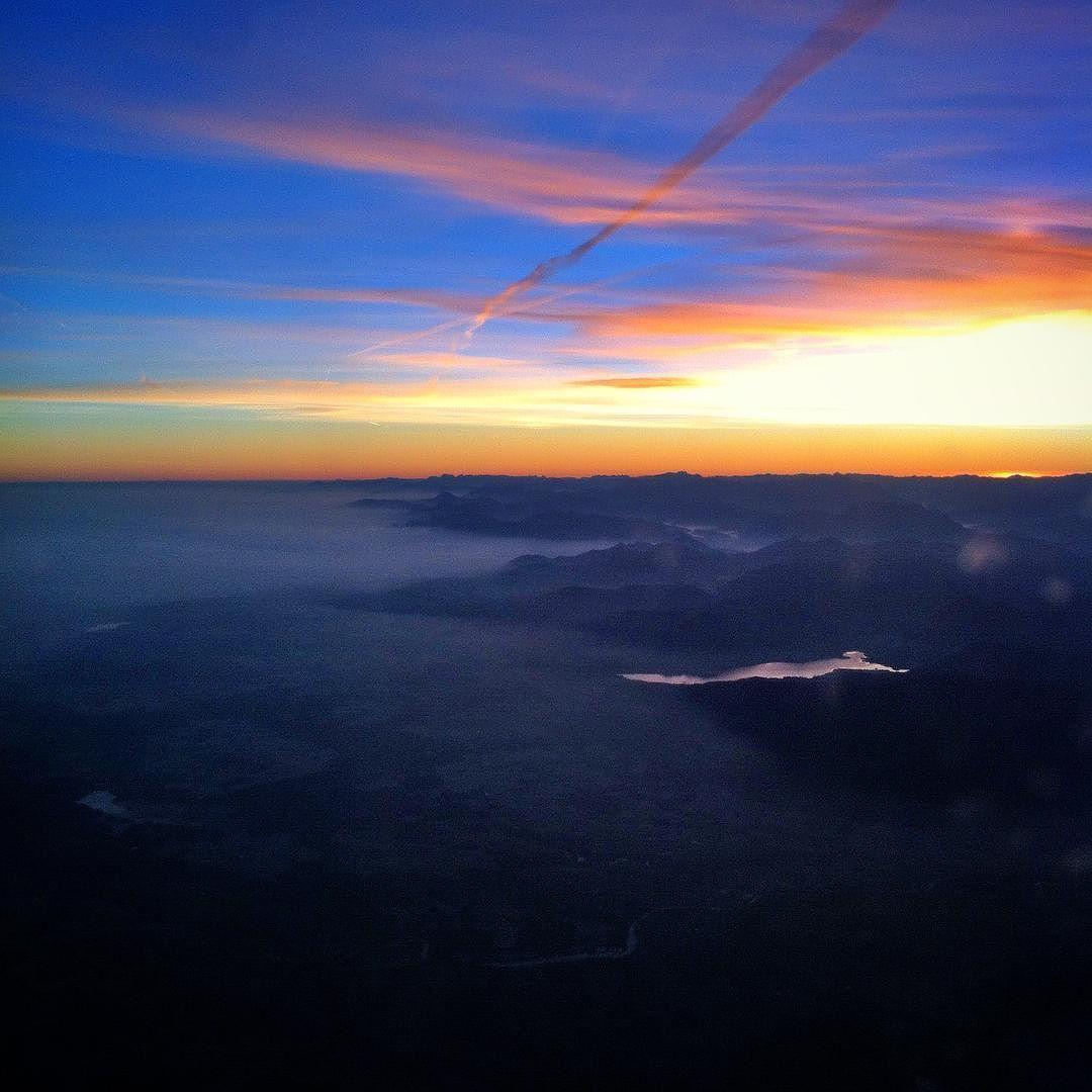 Wake up over the fog! #flying #sky #airdolomiti #fog #travel #colours #igerseverywhere #verona #munich #whatawonderfulworld