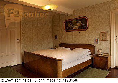 Schlafzimmer der 50er Jahre mit Nachtkästchen und ...