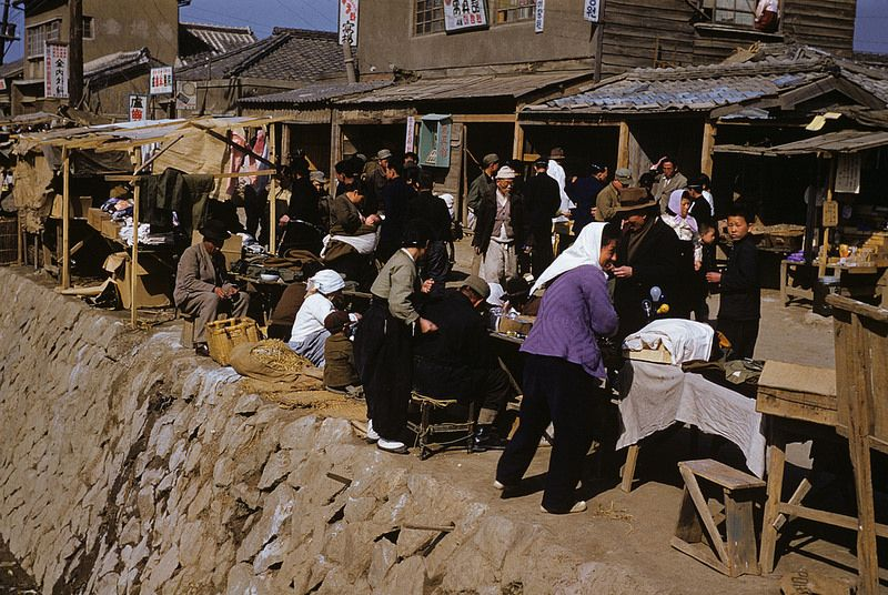 market scene essay Describing scenes good description should make a scene vivid to the reader that means it should be clear and strong and, of course, believable.
