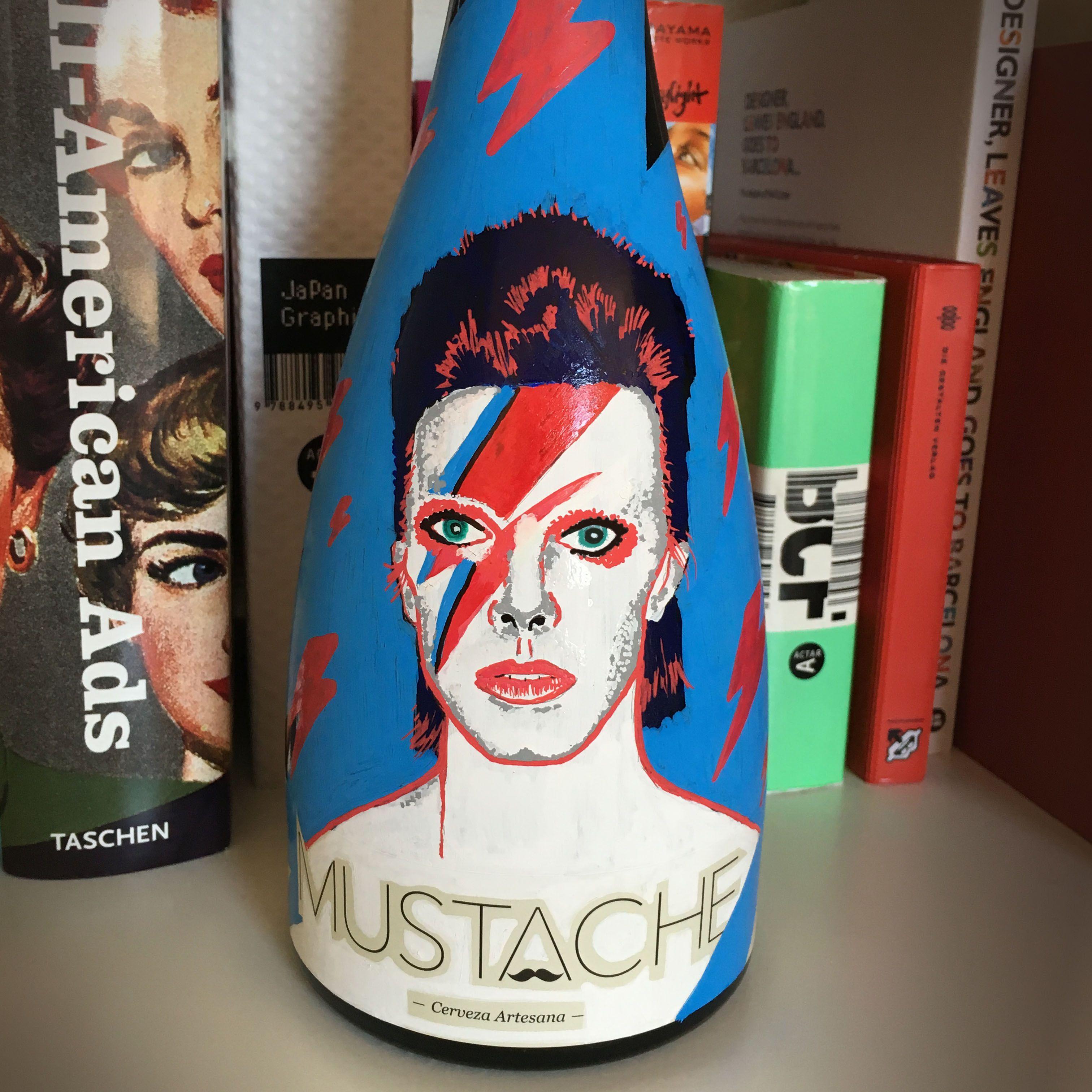 Botella única de cerveza Mustache. Bowie
