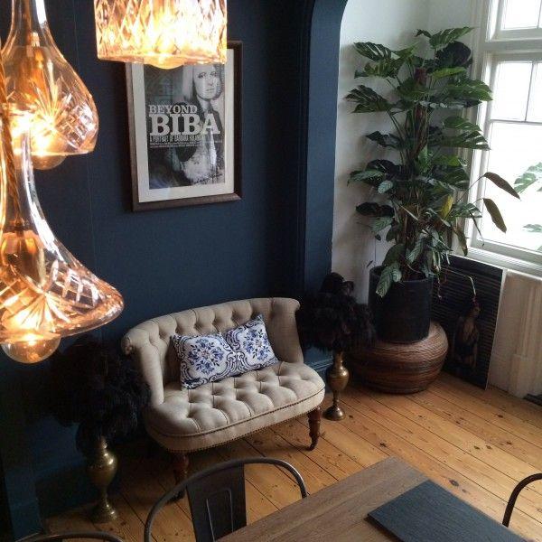 Unser Bouji Loveseat in Biscuitbeige. Der Statement-Sessel passt hervorragend zu der dunkelblauen Wand im Wohnzimmer unserer Kundin. | Made Unboxed