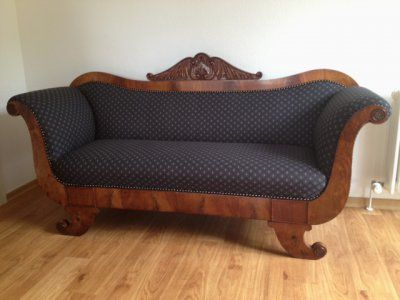 Biedermeier Sofa – restauriertes schönes Einzelstück in Nussbaum