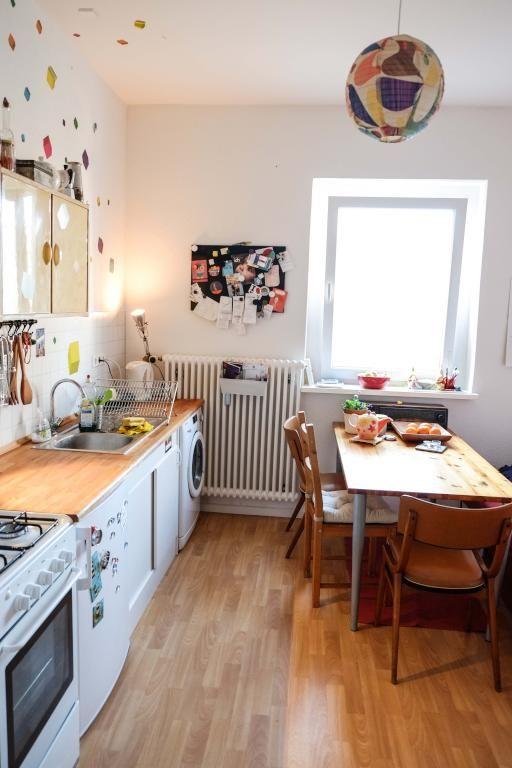helle küche mit essbereich in saniertem altbau: holztisch, weiße ... - Holzdielen In Der Küche