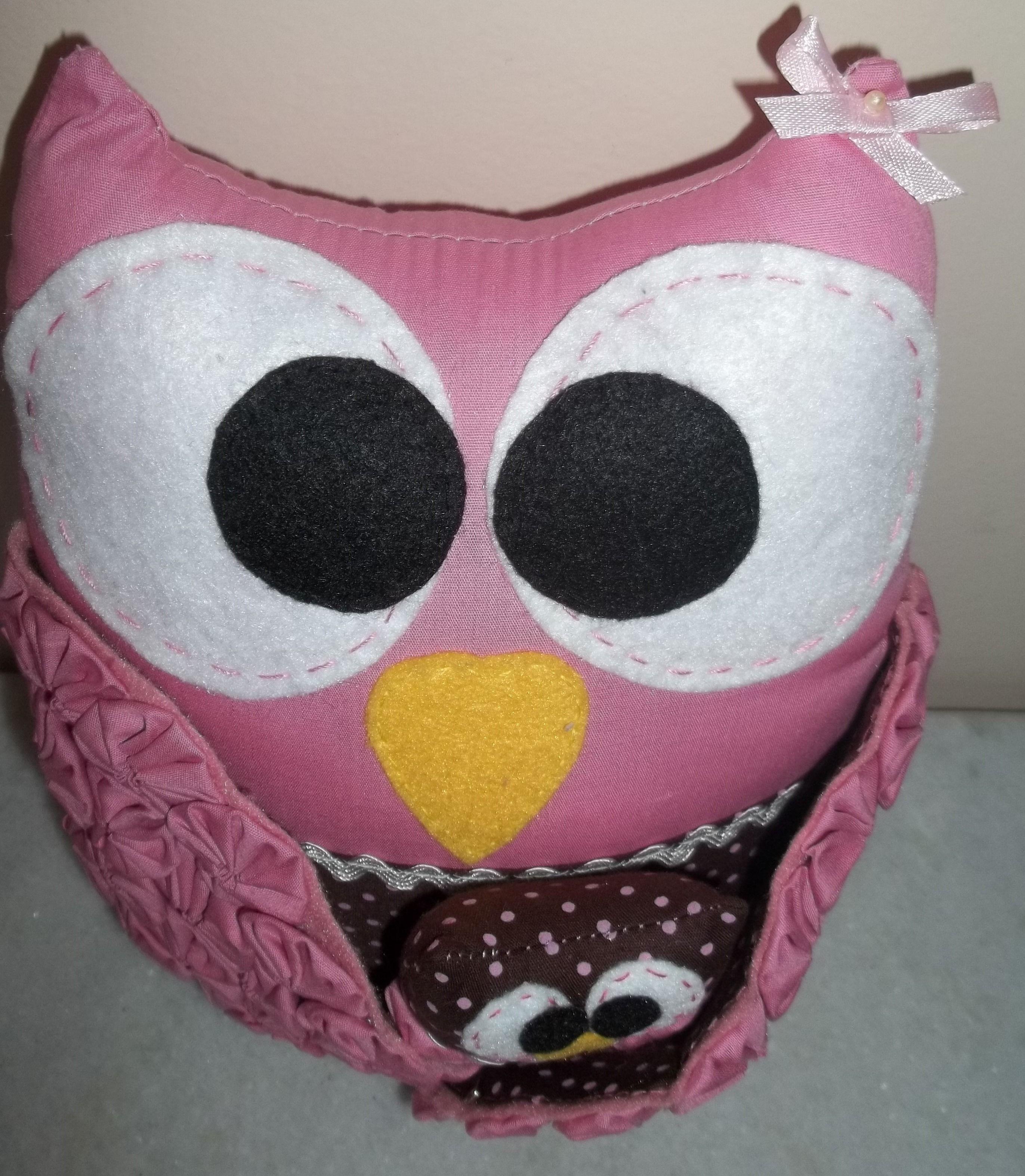 Coruja rosa e marrom com filhotinho embaixo da asa!
