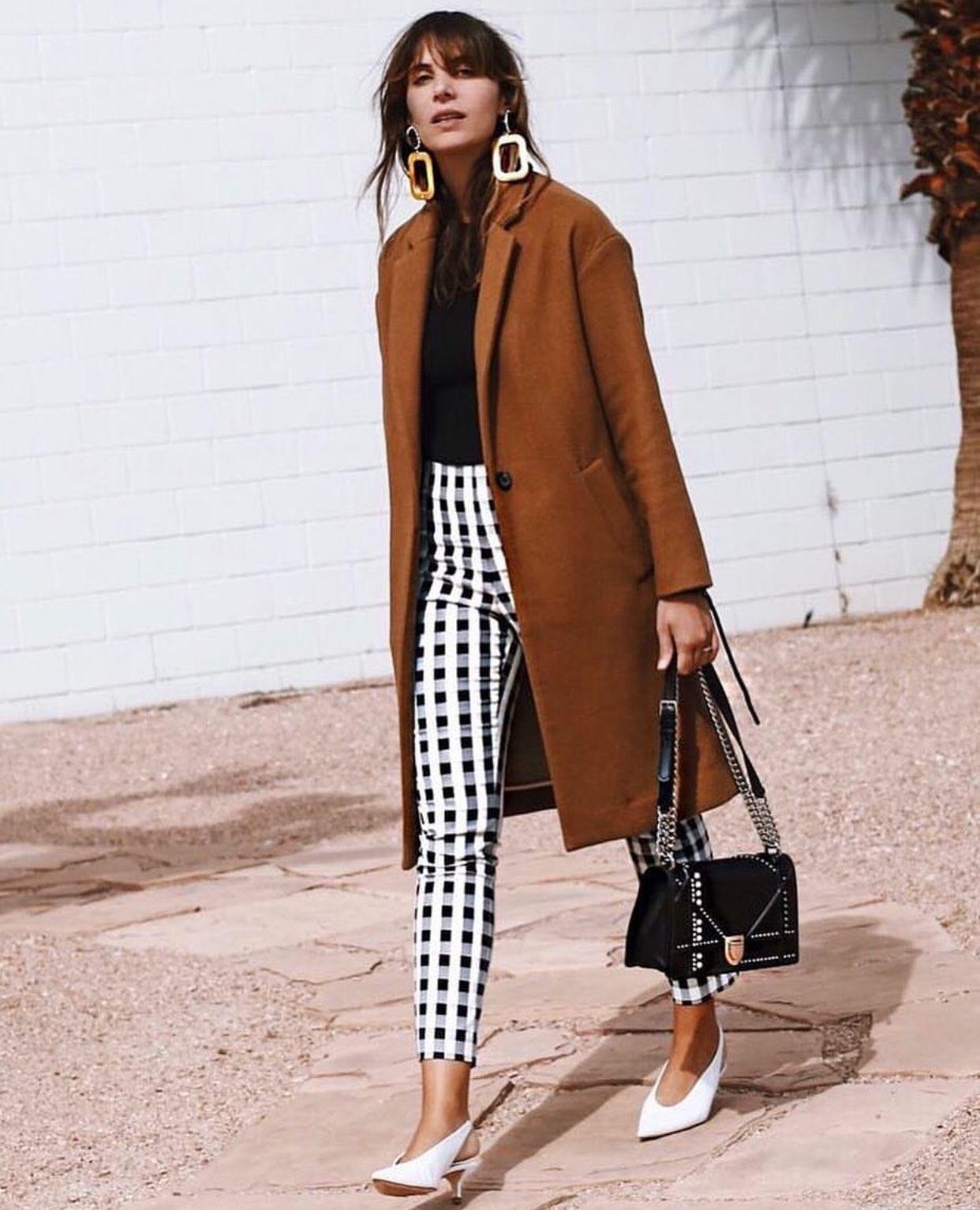 Abrigo marrón con pantalones a cuadros y zapatos blancos. Elegante ... b5dcfaafeb9f