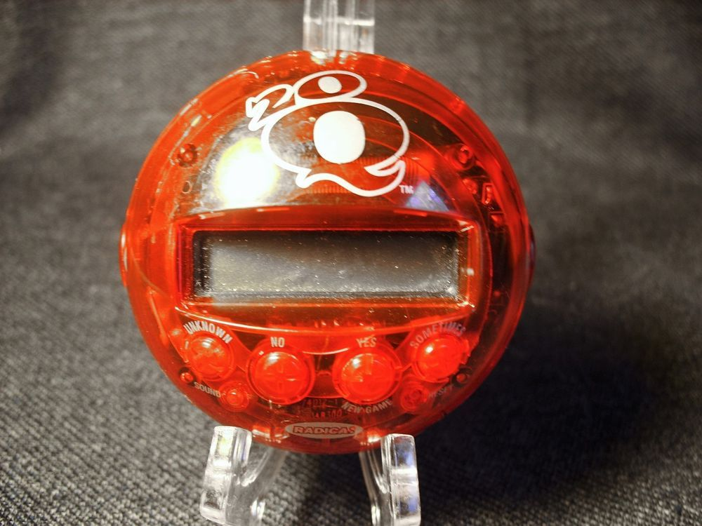 Radica 20Q(uestions) Red Electronic Handheld Game 2005 Tested Works Great GUC…