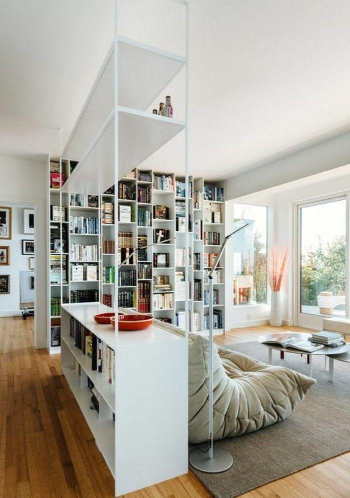 Wohnzimmer Und Flur In Der 1 Zimmer Wohnung Opisch Trennen Trennwand Regal Holzboden Komfortable Couch Teppich Fenster Bis Zum Boden Stehlampe Runder   ...