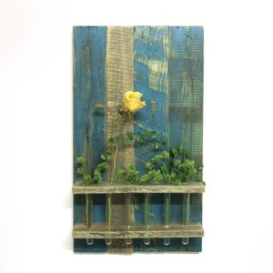 Wanddekoration Blumendekoration in Petrol. Vase. Holz. Paletten.