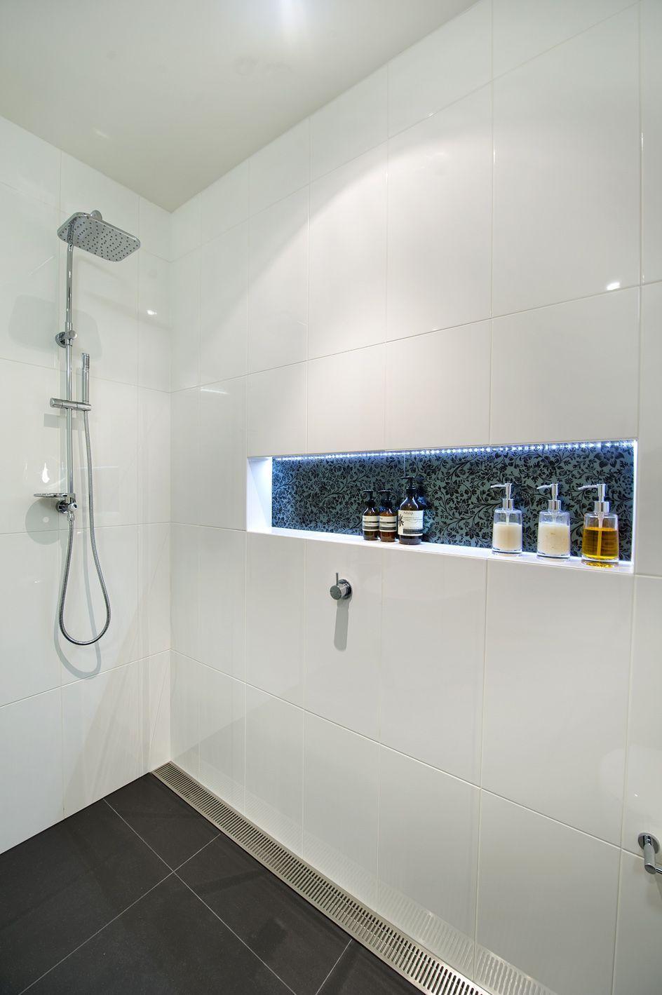 Dusche Bodengleiche mit Ablaufgitter, Ablage mit LED