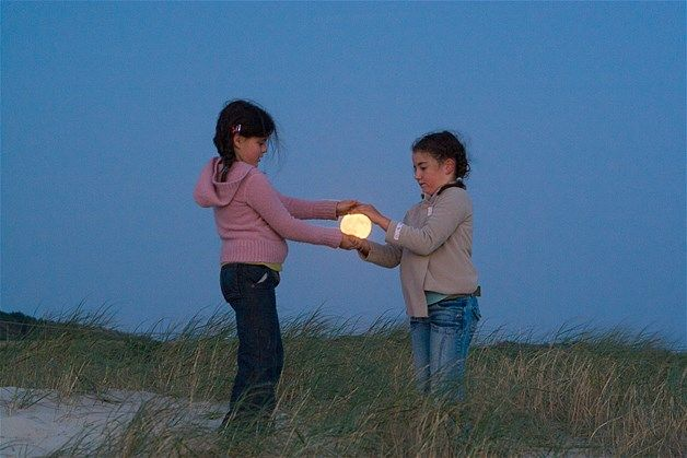 Image: Girls holding moon (© Laurent Laveder, www.pixheaven.net)