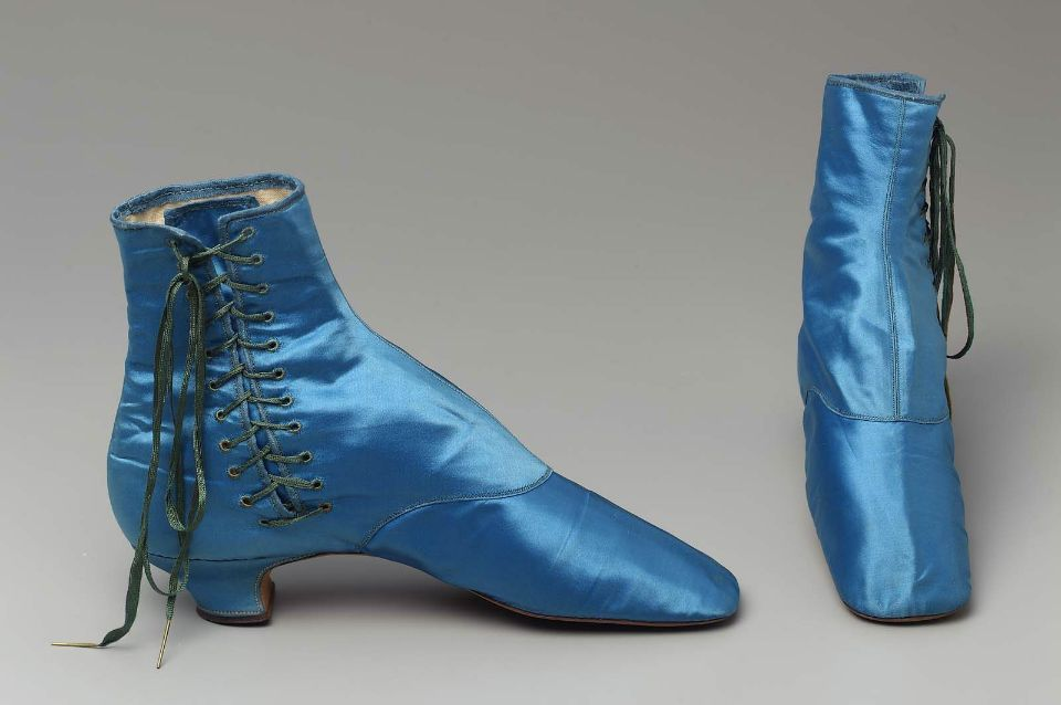 Sapato feito de cetim de seda, laços de seda com pontas de metal, linho forrado e sola de couro.França,1865.