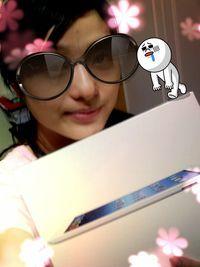 Apple New iPad 16G WiFi版【白】,得標價格1837元,最後贏家smalljosie:終於~~標到我的第一顆蘋果哩~~ 所以~照片當然要灑花一下啦~~~ 感謝大家的相讓~~AND感謝快標~~