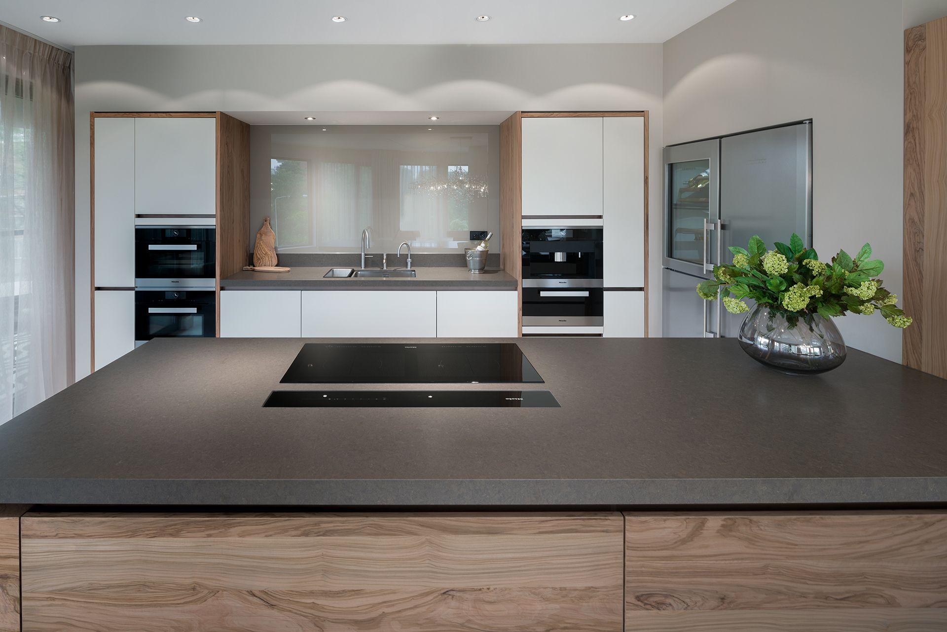 Moderne keuken strak greeploos en olijfhout tinello for Tinello keuken