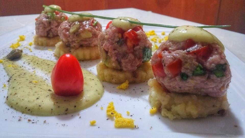 La Tavernetta Sicula: Polpettine di tartare di manzo su patate all'acciuga e maionese d'avocado