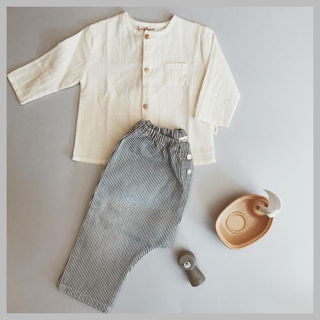 Precioso look de bebé de la marca Piupiuchick compuesto por camisa y  pantalón a rayas.  piupiuchick  bebe  babywear  babyboy  kidsfashion 3f651639b06