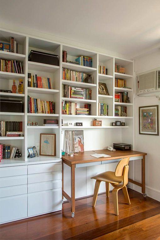escritorio integrado en una librera