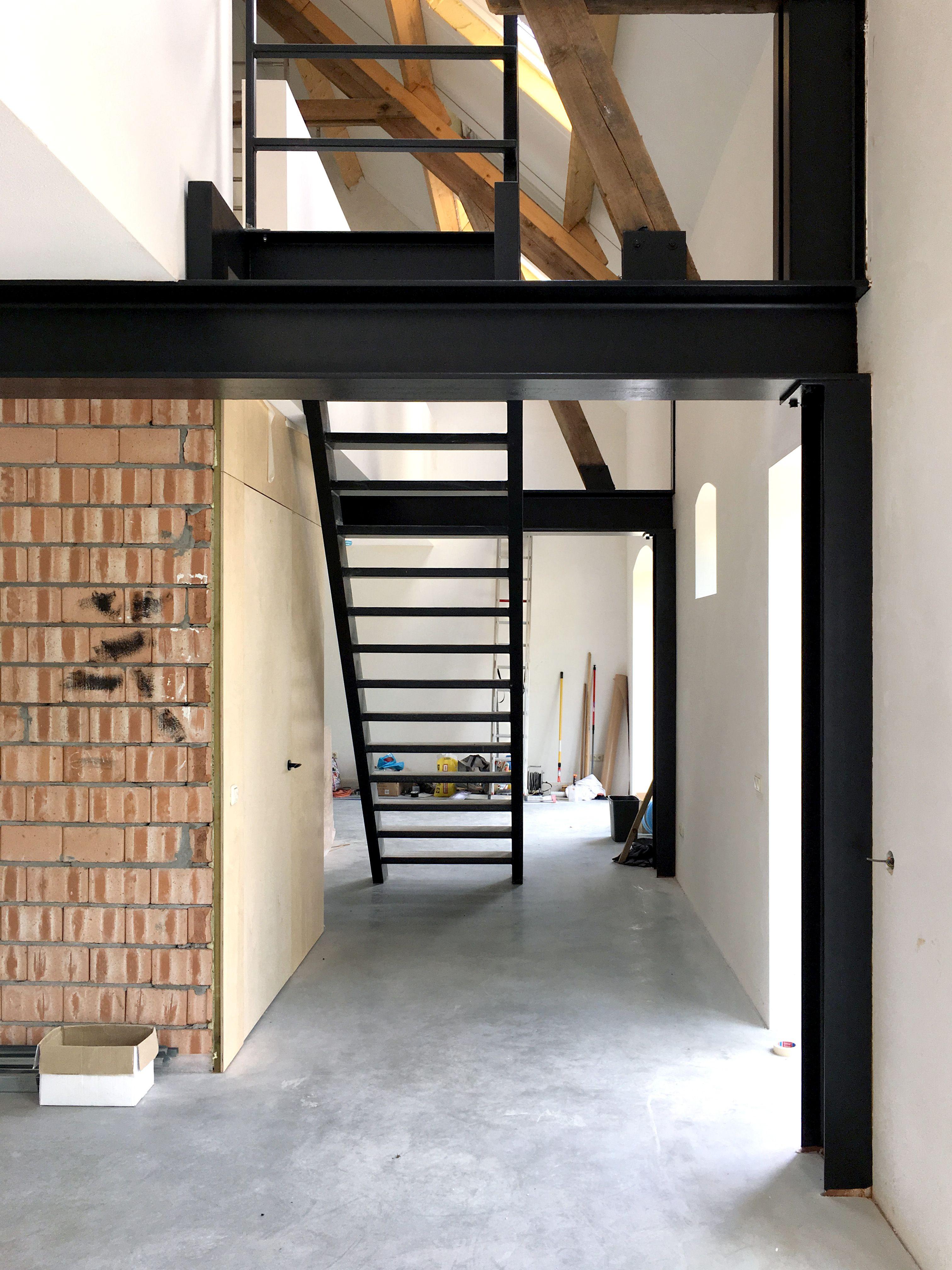 Werk woonboerderij in de lengte van de vide is de trap for Lengte trap