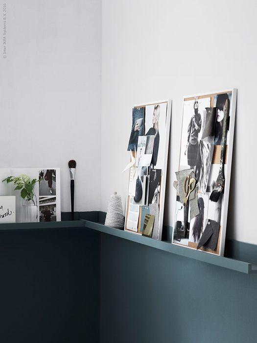 Altijd al lambrisering willen hebben, maar het geld of tijd er niet voor over? Door middel van een lik verf en de MOSSLANDA schilderijenplankjes krijg je hetzelfde effect | STUDIObyIKEA IKEA IKEAnl IKEAnederland DIY MOSSLANDA schilderijplankje schilderijhouder houder lambrisering blauw woonkamer inspiratie wooninspiratie