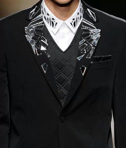 Increible esta chaqueta con acabado en plastico imitando cristal!