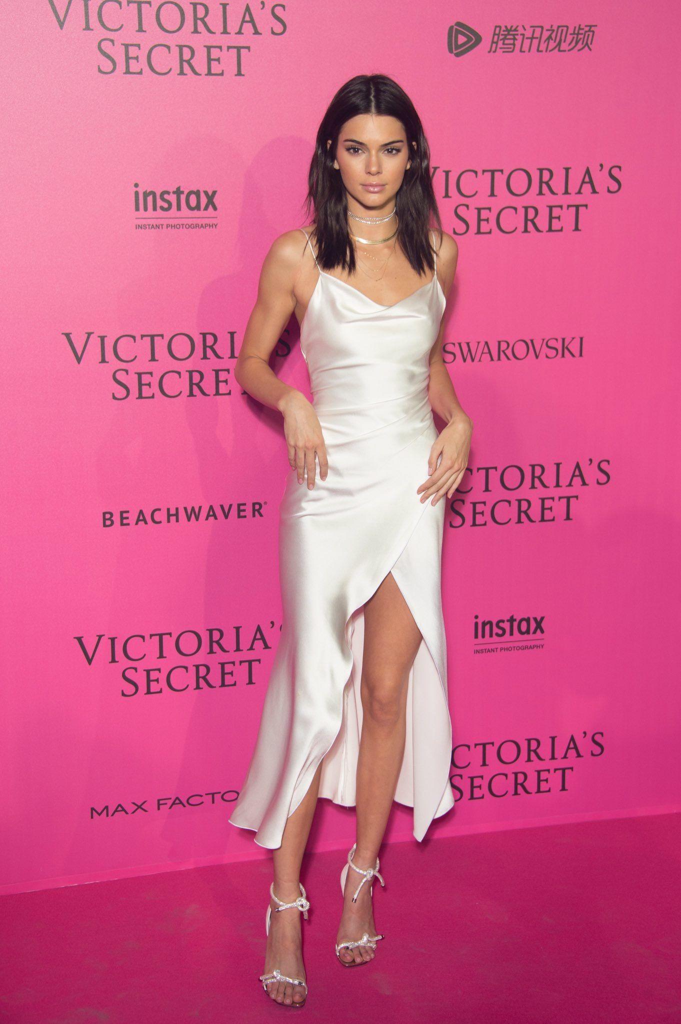 Kendall Jenner 11/30/16 | recreación | Pinterest | Modelo y Vestiditos