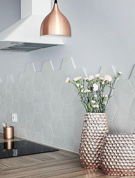 Kupfer ist einer der aufregendsten Interior-Trends. Besonders roséfarbenes Kupfer ist das neue Metall und bringt dezenten Glanz mit einem Hauch Industrial in jeden Raum. Auch in der Küche sorgen Kupfer-Pieces für das gewisse Etwas. Trend pur! // Küche Kupfer Dekoration Wohnen Ideen Deko Vasen Leuchte #KüchenIdeen @_pogodzinach