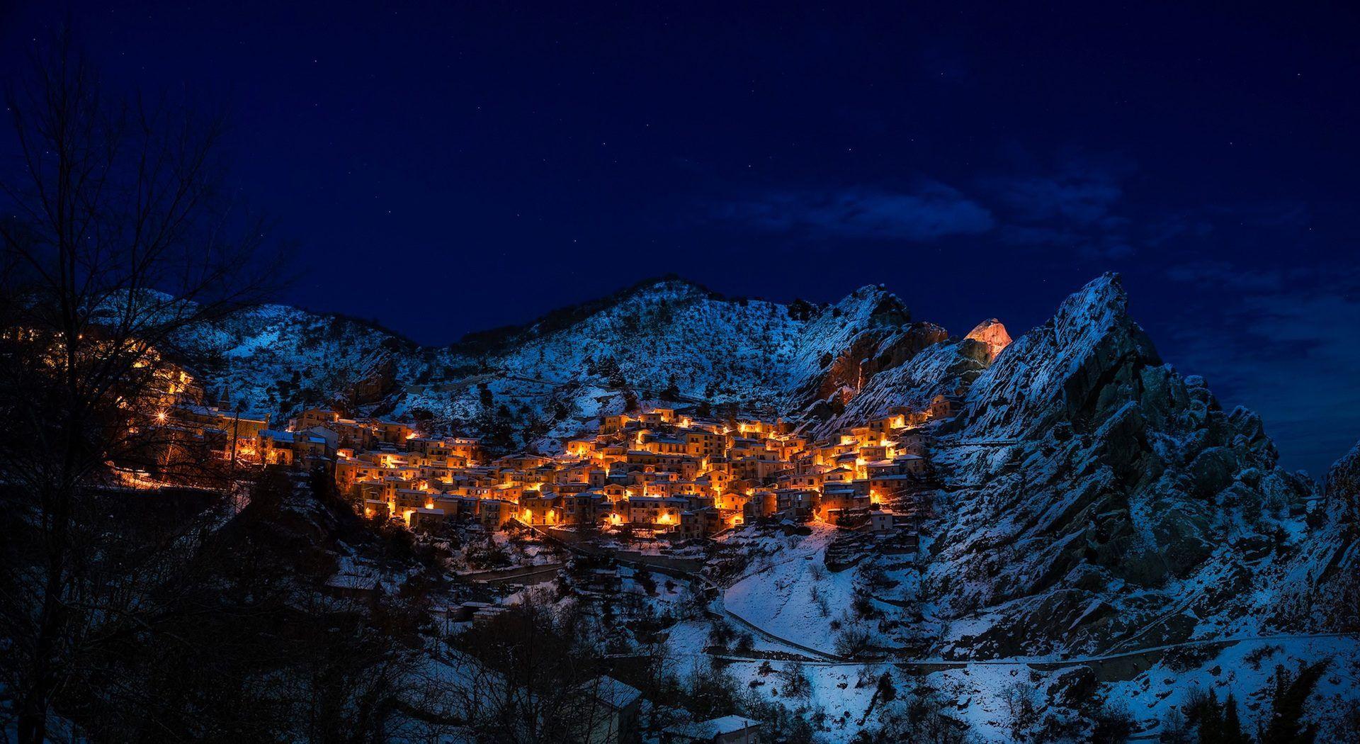 Fondo De Montañas Nevadas En Hd: Pueblo, Montañas, Noche, Luces, Nieve, Nevado