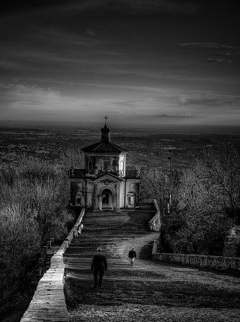 Sacro Monte di Varese patrimonio dell'umanità dell'UNESCO. Ambiente naturale di rilevante interesse paesaggistico, su un'altura dove preesistesse una tradizione secolare di pellegrinaggi e di testimonianze di fede.