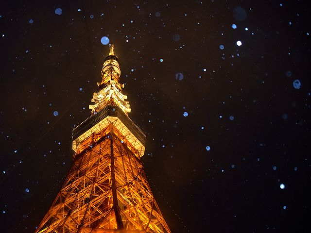 Snowing at Tokyo Tower by mikaest.777 on Flickr.