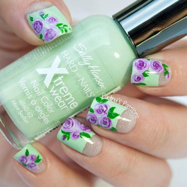 Uñas en verde pastel decoradas con diseños de flores en color morado ...
